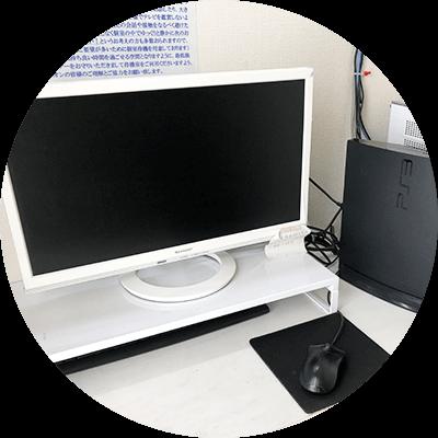 個室内にはテーブルのほか、PCやゲームが置いてあり、Wi-Fi完備。快適に過ごすことが出来ます。