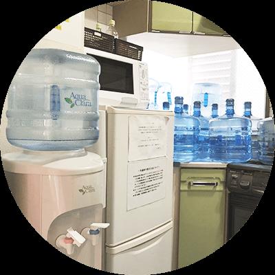 冷蔵庫・電子レンジ・ウォーターサーバー・ガスコンロなどの生活必需品も完備